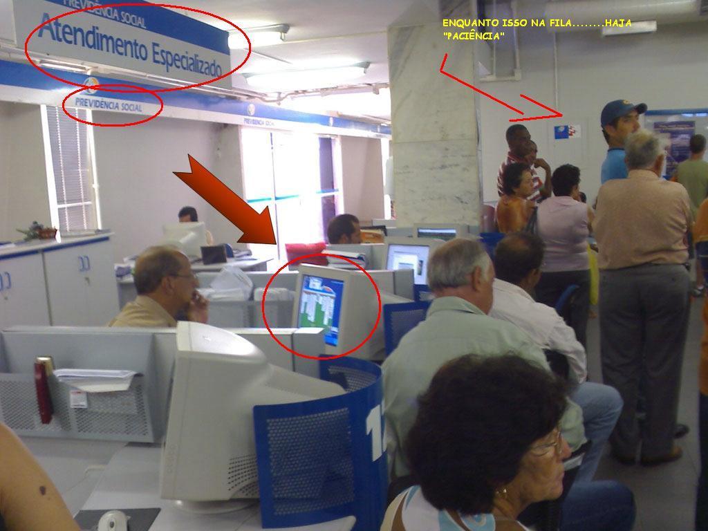 Resultado de imagem para funcionario publico jogando na internet